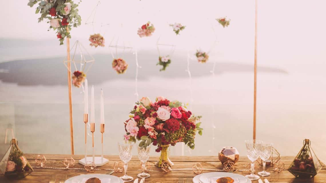 Best Flower Decoration For Burgundy Wedding Reception : Check These Pretty Background Decor Ideas With Peonies And Roses (2021)