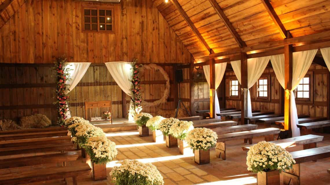 Best Burgundy Marriage Decorations Tips : Cheap But Classy Wedding Ideas On Budget To Prepare For Your Big Day (2021)