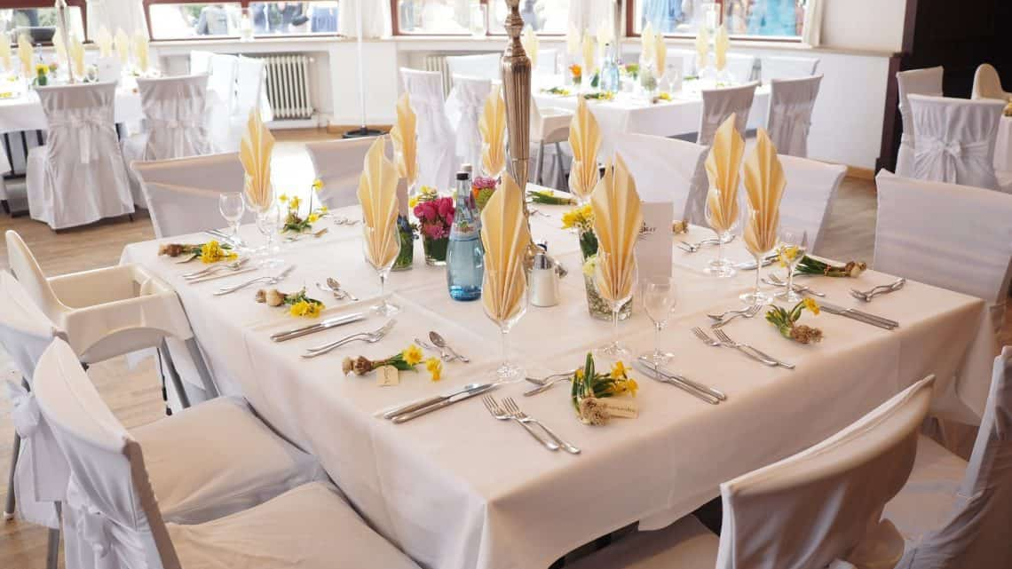 Factors To Consider When Choosing A Burgundy Wedding Venue : Best Ideas How To Decorate A Reception Hall On A Budget ? (2021)